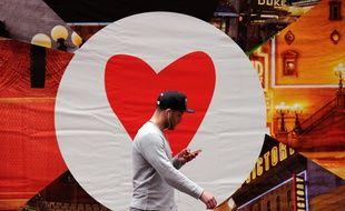 Un homme consulte son smartphone dans les rues de New York.