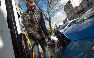 Une borne électrique à recharge rapide pour les propriétaires d une voiture électrique à Bordeaux.