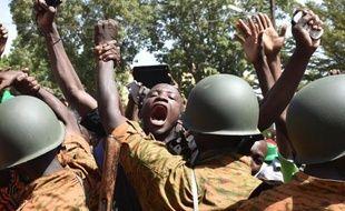 Des manifestants face à des policiers à Ouagadougou, le 31 octobre 2014