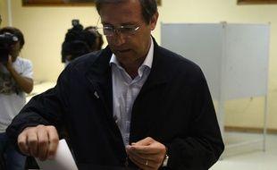 Le leader de la coalition au pouvoir depuis 2011 et premier ministre portugais, Pedro Passos Coelho, en train de voter le 4 octobre à Massama, dans la banlieue de Lisbonne.