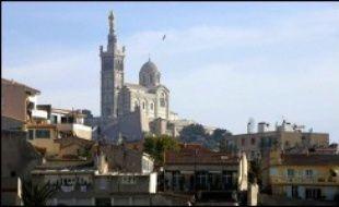 Marseille a officiellement lancé jeudi sa candidature au titre de capitale européenne de la culture 2013, dans un projet qui entend regrouper collectivités territoriales de Provence, associations culturelles et entreprises de la région.