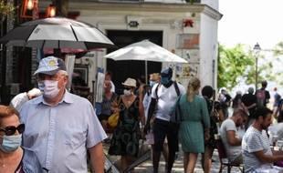 Des passants portent le masque dans les rues de Paris, le 11 août 2020.