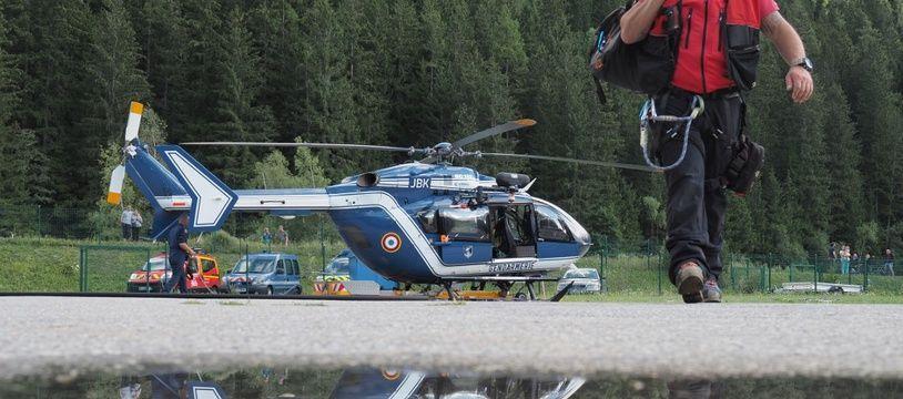 Un hélicoptère du PGHM aux abords de Chamonix.
