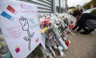 Ce jeudi 2 novembre, des fleurs déposées devant le bar PMU des parents d'Alexia Daval, la joggeuse disparue samedi matin en Haute-Saône, et dont le corps a été retrouvé calciné trois jours plus tard.