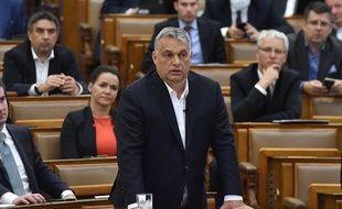 Le Premier ministre hongrois Viktor Orban, le 30 mars 2020, devant le Parlement.