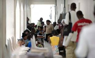 """Les patients de l'hôpital universitaire de l'Etat d'Haïti (HUEH), communément appelé """"hôpital général"""", attendent leur consultation, le 7 mai 2015 à Port-au-Prince"""
