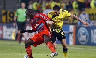 Le défenseur marseillais Souleymane Diawara, en orange, face au joueur de Dortmund, Marcel Lewandowski, lros d'un match de Ligue des champions au stade Vélodrome, le 28 septembre 2011.