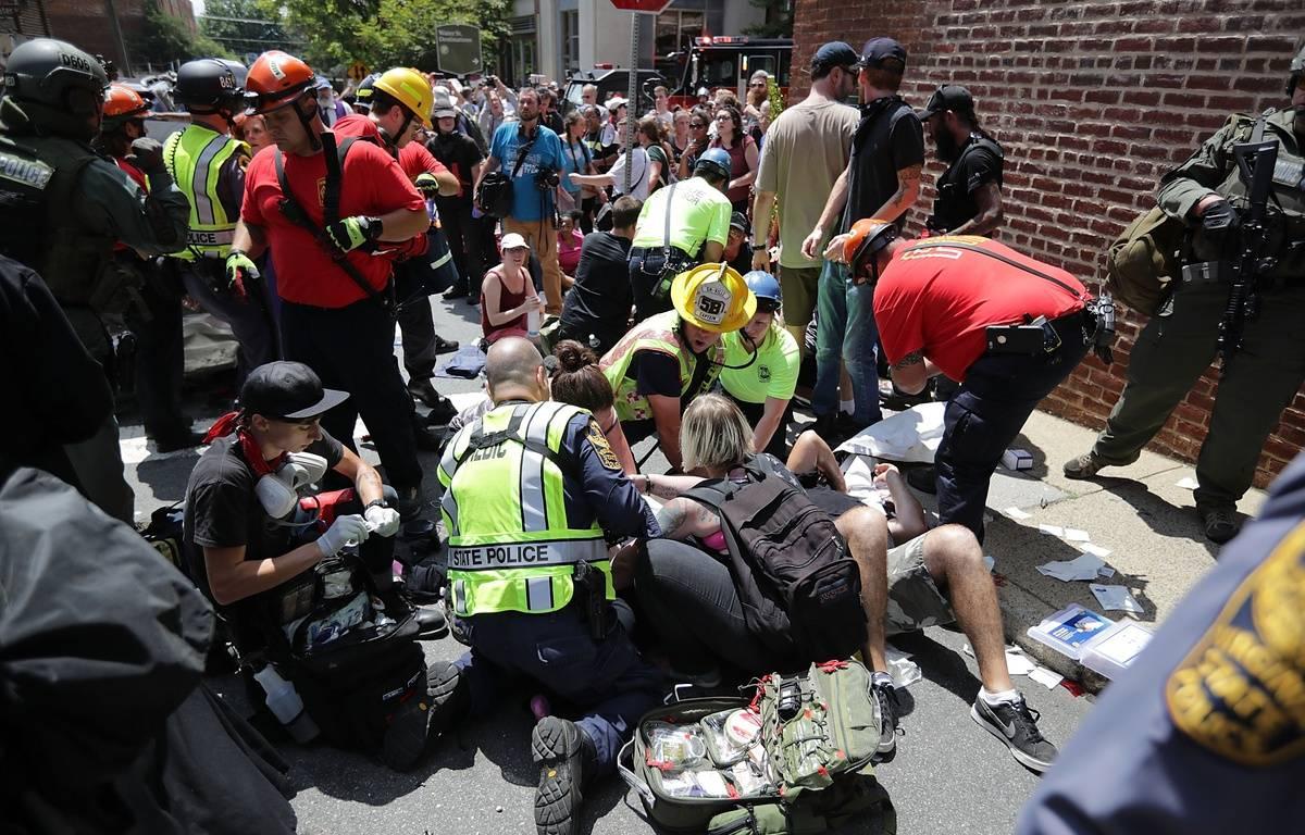 Les blessés reçoivent les premiers soins des secours après qu'une voiture ait foncé sur la foule, en marge d'un affrontement entre antiracistes et militants radicaux, le 12 août 2017, à Charlottesville en Virginie. – PAUL J. RICHARDS / AFP