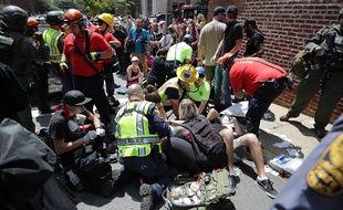 Les blessés reçoivent les premiers soins des secours après qu'une voiture ait foncé sur la foule, en marge d'un affrontement entre antiracistes et militants radicaux, le 12 août 2017, à Charlottesville en Virginie.