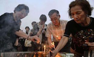 Des cierges sont allumés à Hiroshima à la mémoire des victimes, 70 ans après le bombardement de la ville, le 6 août 2015.