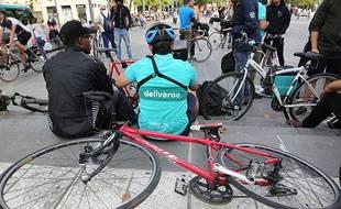 Les livreurs de repas a domicile de Deliveroo se mobilisent contre la tarification à la course. Il ont manifesté à Paris le 11 août 2017.