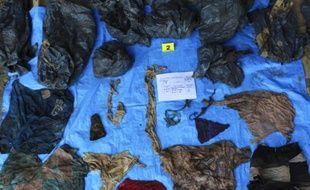 Le bureau du procureur de Veracruz, au Mexique, a publié cette photo des vêtements retrouvés dans une fosse commune contenant au moins 166 cadavres.