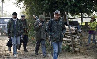 Nawab Shafat Ali Khan braque sa carabine Winchester sur une chèvre qu'il utilise comme appât et soupire: il espère désormais avoir rapidement dans sa ligne de mire le tigre mangeur d'hommes qui sème la terreur dans ce district du nord de l'Inde.
