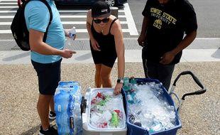 Des touristes achètent des bouteilles d'eau en pleine canicule à Washington, le