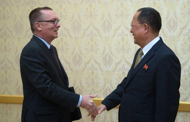 Le secrétaire général adjoint des Nations unies aux Affaires politiques, Jeffrey Feltman, serre la main du ministre des Affaires étrangères nord-coréen Ri Yong-Ho, à Pyongyang le 7 décembre 2017.