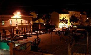 Une quinquagénaire restait en garde à vue jeudi après la découverte d'un arsenal dans un box d'Ajaccio, dans le cadre de l'enquête sur les récentes attaques à la roquette contre des casernes de gendarmerie en Corse