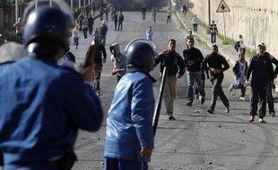 Manifestants et policiers se font face le 6 janvier 2011 dans les environs de Al-Harrach en Algérie.