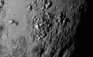 Des montagnes sur Pluton aperçues par New Horizons le 14 juillet 2015.