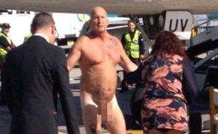 Capture d'écran d'une vidéo d'un Anglais nu sur le tarmac de l'aéroport de Manchester, le 9 octobre 2013.