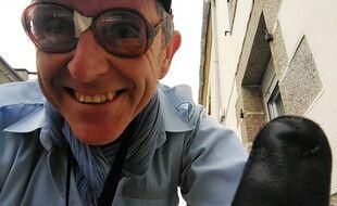 Le comédien Eric Hervé annonce chaque soir le couvre-feu avec un mégaphone dans les rues de Lampaul-Plouerzel, dans le Finistère.