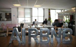 Des employés du site de location d'appartements Airbnb dans ses bureaux à Paris, le 21 avril 2015 à Paris