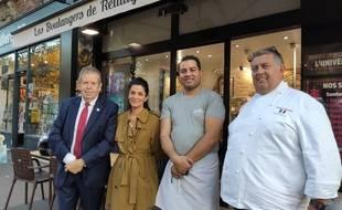 Makram Akrout entouré de la présidente du jury Olivia Polski, du président du Syndicat des boulangers du Grand Paris, Franck Thomasse (à droite) et de Pascal Barillon, président de la chambre des métiers et de l'artisanat de Paris (à gauche). Paris le 24 septembre 2021