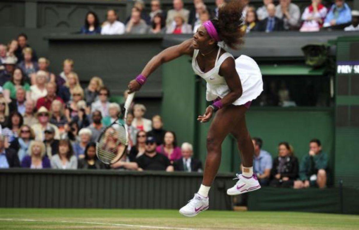 A peine levés ses deux trophées à Wimbledon, l'Américaine Serena Williams enchaîne dès cette semaine avec le tournoi WTA Premier de Stanford (Californie) avec l'ambition d'y défendre son titre sur une surface, le ciment nord-américain, qu'elle affectionne. – Glyn Kirk afp.com
