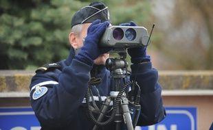 Un gendarme effectue un contrôle de vitesse. Illustration.