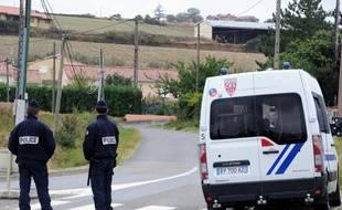 Des policiers à proximité de la maison d'Abdelkader Merah, le frère et complice présumé du tueur au scooter.