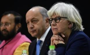 Laurence Tubiana, l'ambassadrice française pour les négociations sur le climat aux côtés de Laurent Fabius (C) et du ministre indien de l'Environnement Prakash Javadekar le 20 novembre 2015 à New Dehli