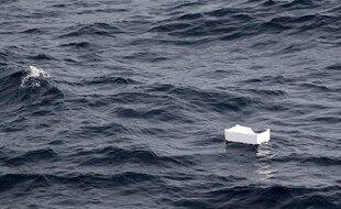 Un déchet plastique au large des côtes françaises, en Méditerranée.