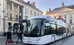 Un ebusway électrique à la station Foch, à Nantes