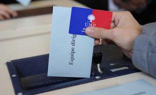 Un adhérent UMP vote pour choisir l'équipe dirigeante de son parti, le 18 novembre 2012.