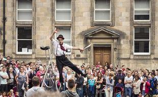 Durant le mois d'août, les rues d'Édimbourg sont envahies par de bien curieux individus…