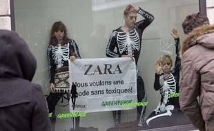 Les militants de Greenpeace dénoncent les poduits toxiques contenus dans les vêtements Zara, le 21 novembre 2012 à Genève