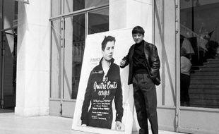 """Jean-Pierre Léaud devant l'affiche des """"Quatre cents coups"""" au Festival de Cannes en 1959"""