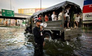 Les inondations exceptionnelles qui frappent Bangkok pourraient n'être qu'une répétition générale d'un avenir difficile, lorsque le changement climatique rendra plus vulnérable encore une capitale qui s'enfonce inexorablement, préviennent les experts.
