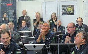 Raymond Clerc au côté du prince Albert dans le centre de contrôle Solar Impulse à Monaco, le 9 mars 2015.