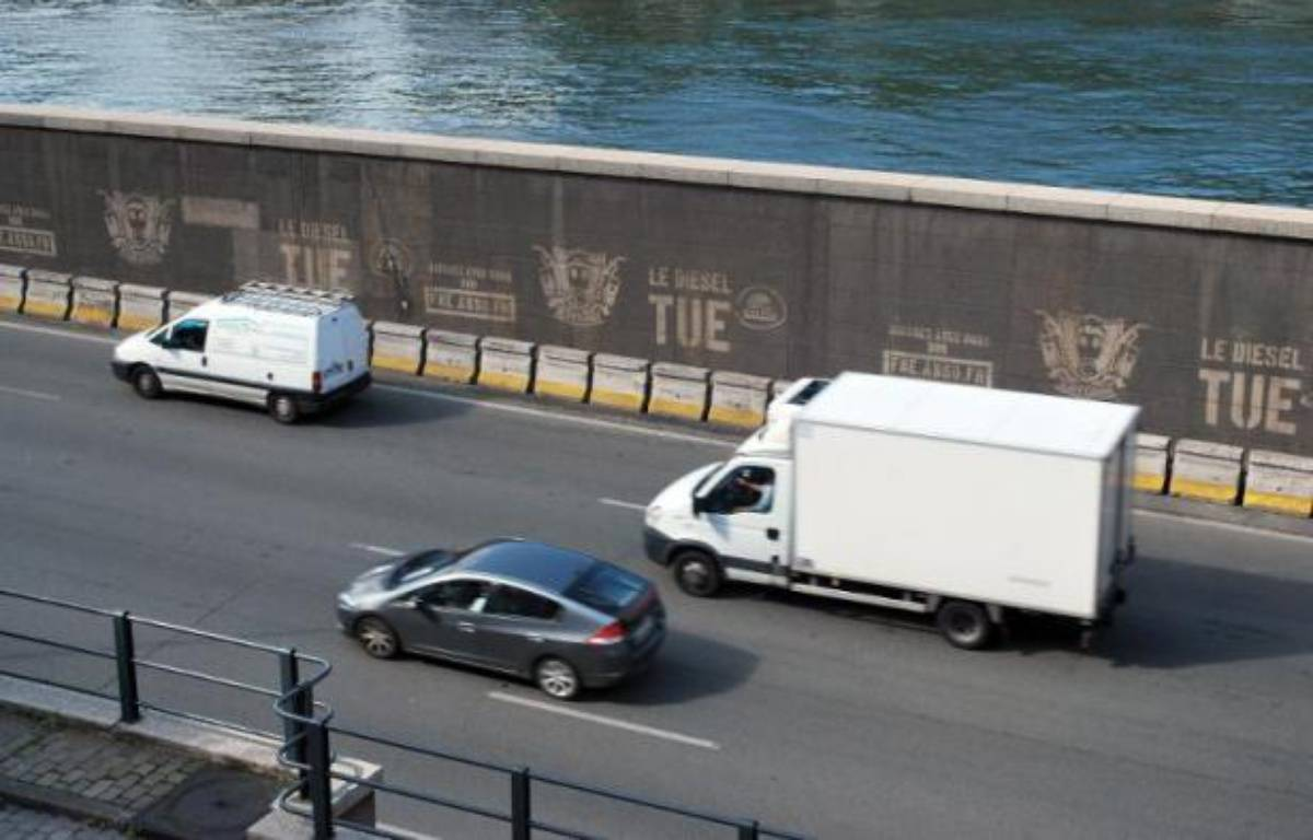 "Un graffiti ""le diesel tue"" sur les rives de la Seine à Paris le 6 juillet 2012 – Anthony Lucas AFP"