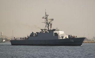 Un navire de guerre iranien navigue le long du golfe Persique, près du détroit d'Ormuz,le 30 avril 2019.