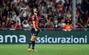 Mattia Destro a marqué avec une bouteille d'eau à la main lors de Genoa-Hellas Verone, le 25 septembre 2021.