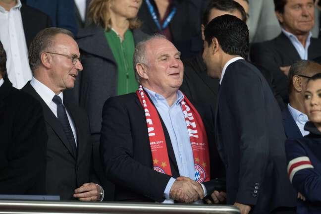 Nasser Al-Khelaïfi salue Karl-Heinz Rummenigge et Uli Hoeness, en septembre 2017 au Parc des Princes.