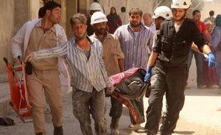 Evacuation d'un corps suite au bombardement d'un quartier d'Alep par les forces du régime, le 17 juin 2014