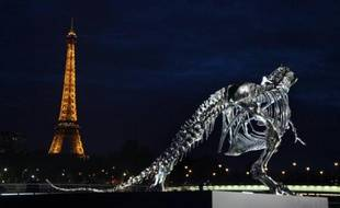 La Tour Eiffel est restée fermée mercredi matin, pour cause de grève, pour le deuxième jour consécutif, a-t-on appris auprès de la direction du célèbre monument parisien.