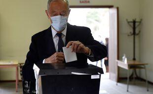 Marcelo Rebelo de Sousa lors de son vote à la présidentielle au Portugal, le 24 janvier 2021.