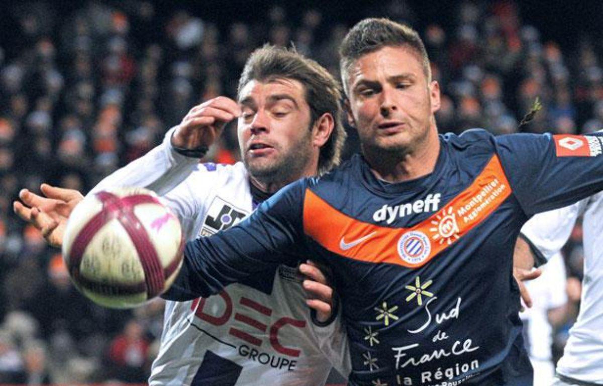 Le Montpelliérain Olivier Giroud se bat pour le ballon face au Toulousain Pavle Ninkov pendant le match Montpellier-Toulouse de la 18e journée de Ligue 1, le 17 décembre 2011. – PASCAL GUYOT / AFP