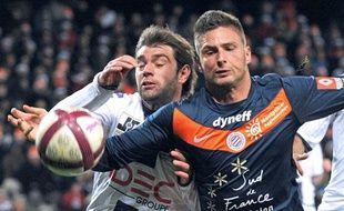 Le Montpelliérain Olivier Giroud se bat pour le ballon face au Toulousain Pavle Ninkov pendant le match Montpellier-Toulouse de la 18e journée de Ligue 1, le 17 décembre 2011.