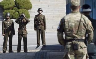 Des soldats nord-coréens (à g.) dans la zone démilitarisée entre les deux Corées, le 27 octobre 2017.