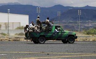 Des rebelles chiites houthis inspectent les dommages occasionnés par les frappes aériennes de la coalition arabe dirigée par l'Arabie saoudite à l'aéroport international de Sanaa qu'ils contrôlent, le 5 mai 2015