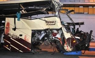 Le procureur suisse chargé de l'enquête sur l'accident de l'autocar belge, le 13 mars, qui a coûté la vie à 28 personnes, dont 22 enfants belges et néerlandais le 13 mars, a écarté vendredi soir l'hypothèse du DVD qui a distrait le chauffeur.